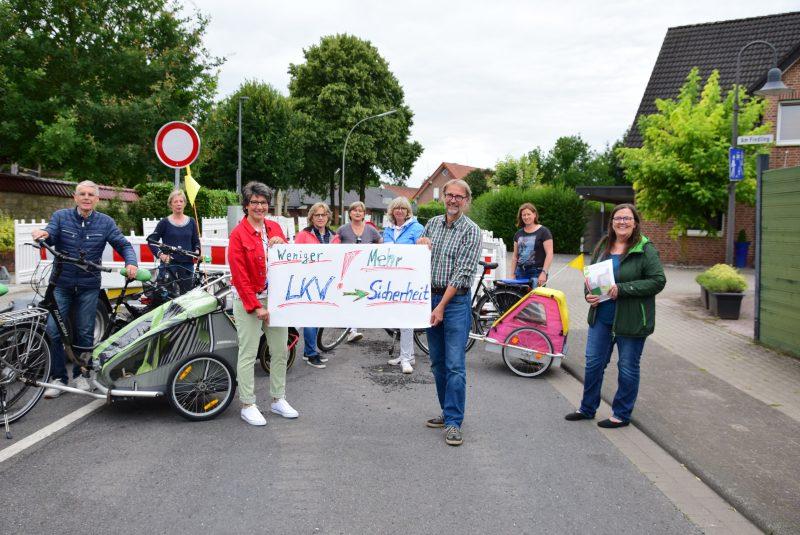 """Vertreter:innen der Initiative """"Sichere Ortsdurchfahrt"""" treffen sich zum Auftakt der Unterschriften-Aktion"""